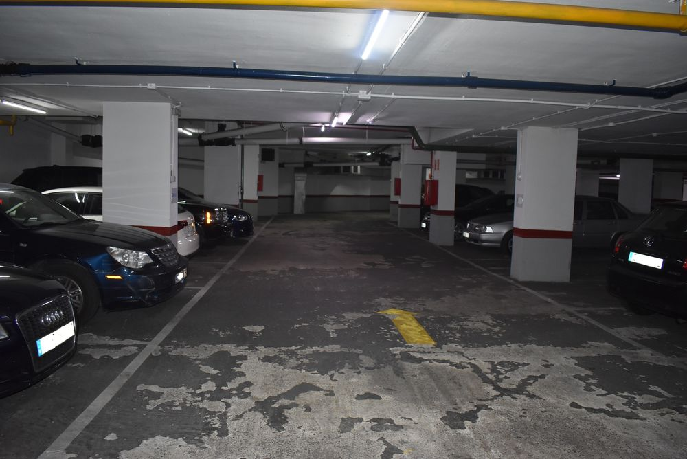 Se alquila plaza de parking para coche mediano